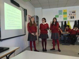 Todos los alumnos exponen sus trabajos delante de toda la clase, y el resto de compañeros aplauden al final de la exposición.