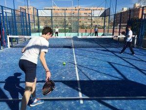 Los alumnos practican los golpes a través de juegos, ejercicios y partidos.